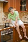 人英俊的厨房年轻人 免版税库存照片