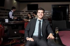 人获得乐趣在赌博娱乐场 免版税库存照片