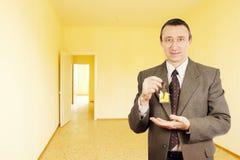 人获得了新的公寓关键字  免版税库存图片