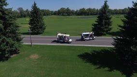 人获得在高尔夫球汽车的乐趣 影视素材