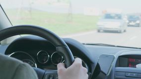 人藏品在驾车的方向盘在仓促路期间 股票视频