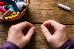 人螺纹在缝合的一根针 免版税库存图片