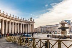 人行圣伯多禄` s大教堂的在梵蒂冈 免版税库存图片