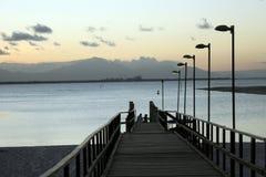 人行桥、海滩和山在巴西 免版税库存照片
