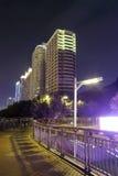 人行桥和大厦在晚上 免版税库存照片