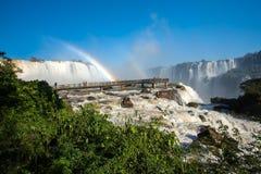 人行桥和彩虹在伊瓜苏瀑布 库存图片