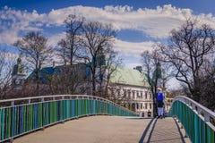人行桥在华沙 库存照片