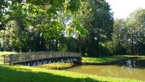 人行桥在夏天 库存图片