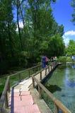 人行桥在戏曲公园,希腊 库存照片