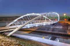 人行桥在Wloclawek在夜之前 免版税库存图片