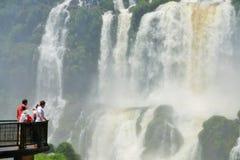 人行桥的人们在伊瓜苏瀑布,巴西 库存图片
