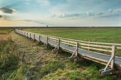 人行桥, Liepaja湖,拉脱维亚 库存图片