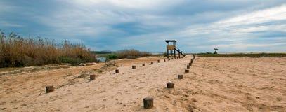 人行道下个鸟的监视人的观察小屋在圣何塞del Cabo盐水湖/出海口在下加利福尼亚州墨西哥 库存图片