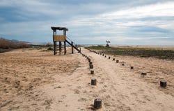 人行道下个鸟的监视人的观察小屋在圣何塞del Cabo盐水湖/出海口在下加利福尼亚州墨西哥 免版税库存图片