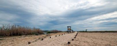 人行道下个鸟的监视人的观察小屋在圣何塞del Cabo盐水湖/出海口在下加利福尼亚州墨西哥 免版税库存照片