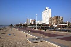人行道在海滩前的德班,南非 免版税库存照片