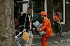 人街道画象橙色,疯狂的神色的,国王` s天庆祝的准备在荷兰 免版税库存图片