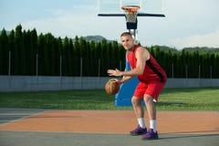 年轻人街道篮子球员画象  免版税库存照片