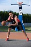 年轻人街道篮子球员画象  库存图片