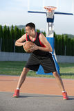 年轻人街道篮子球员画象  图库摄影