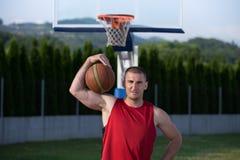 年轻人街道篮子球员画象  库存照片
