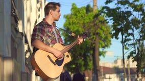 人衬衣的街道吉他弹奏者,晴朗 股票录像