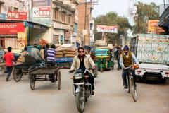 年轻人被塑造的印地安人乘坐减速火箭的motocycle 免版税库存图片