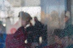 人被弄脏的剪影在残破的玻璃后的 细孔镇压 创造性的背景 女性配置文件 公共汽车站 库存图片