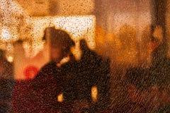 人被弄脏的剪影在残破的玻璃后的 细孔镇压 创造性的背景 女性配置文件 公共汽车站 免版税库存照片