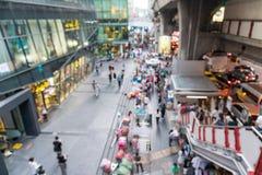 人被弄脏的场面在泰国广场走的街道上的  库存图片