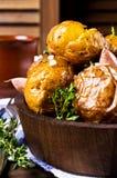 年轻人被烘烤的土豆 免版税库存照片