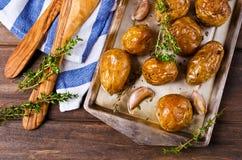 年轻人被烘烤的土豆 免版税库存图片