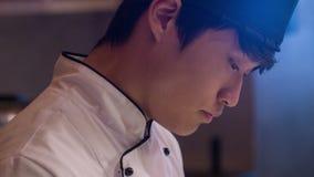 年轻人被集中的厨师垂直的移动式摄影车射击  股票视频