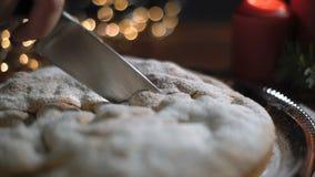 人裁减圣诞节蛋糕 照相机移动与刀子,特写镜头 影视素材