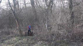 人裁减木头在森林里 图库摄影