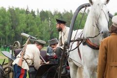 人装载在推车的机枪 免版税图库摄影