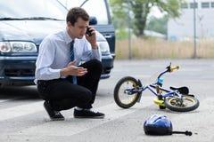 人要求帮助在公路事故以后 免版税库存照片