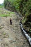 人观察与小河低谷的土地结构它 免版税库存图片