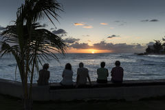 人观看的日落在巴巴多斯 库存图片