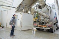 人观看的替换物水泥搅拌车 库存照片