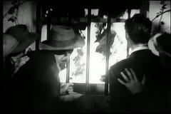 人观看的燃烧的火通过窗口 股票录像