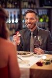 人订婚的妇女在餐馆 免版税库存照片