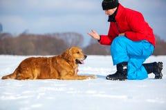 年轻人训练狗 图库摄影