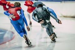 人训练的速度溜冰者 从后面的看法 图库摄影
