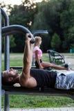 人训练胸口肌肉 免版税图库摄影