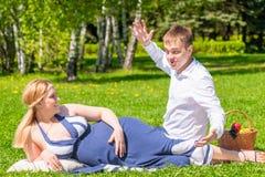人讲他怀孕的妻子一个滑稽可笑的故事 图库摄影