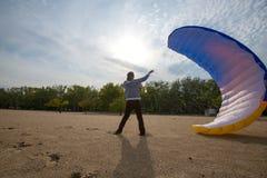 人设法捉住与滑翔伞的风 免版税库存图片