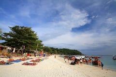 人访问芭达亚海滩在Lipe海岛 库存照片