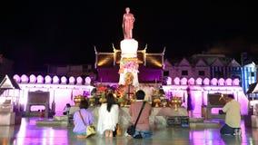 人访问要崇拜的Suranaree雕象 免版税图库摄影