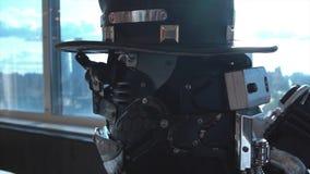 人详细的机器人头特写镜头帽子的 英尺长度 机器人头特写镜头在帽子的坐全景背景  免版税库存图片
